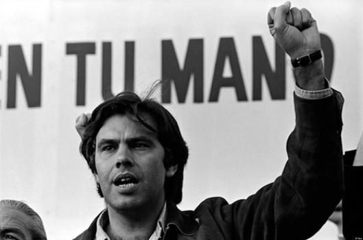 Felipe Gonzalez levanta el puño en un mitin electoral en 1977, en el estadio de f¿tbol General Moscardo de Usera, en Madrid.